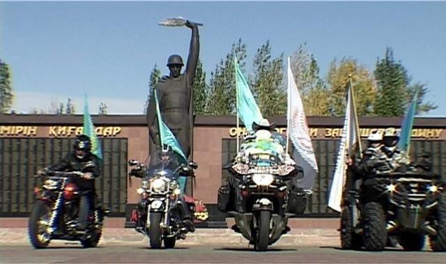 Костанайцам подарили копию знамени 550-летия Казахского ханства